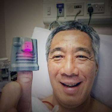 Thủ tướng Singapore Lý Hiển Long (Lee Hsien Loong), 63 tuổi, đăng tấm ảnh tự chụp trên giường bệnh lên mạng xã hội Facebook. Ảnh: AP