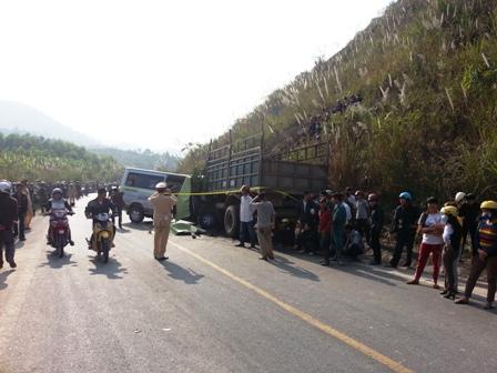 Người dân bàng hoàng trước vụ tai nạn thảm khốc.
