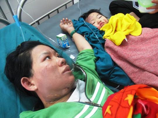 Mẹ con chị L. khi được cấp cứu tại Bệnh viện đa khoa Phú Yên