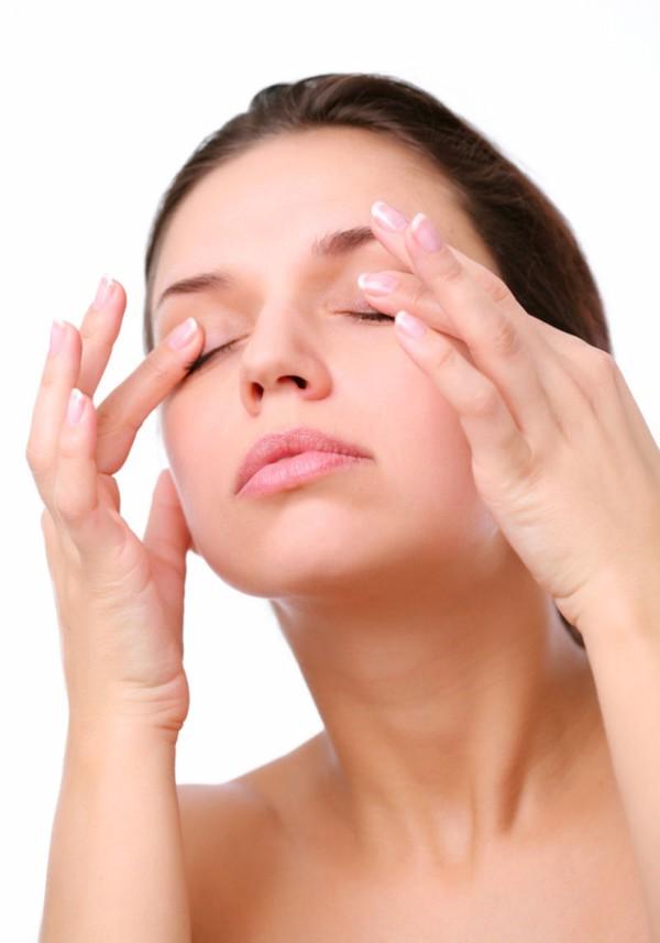 Miết và vuốt vùng mắt có tác dụng giảm căng thẳng.