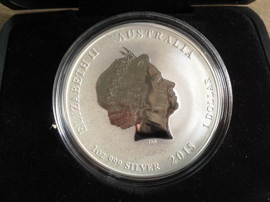 Mặt sau in nữ hoàng Elizabeth II mệnh giá ảo 1 Dollar nhưng chỉ có giá trị kỷ niệm