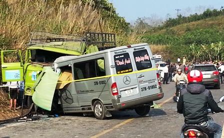 Hai chiếc xe bị hư hỏng nặng sau cú va chạm mạnh