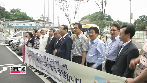 Người dân Hàn Quốc tập trung bên ngoài bệnh viện để cổ vũ cho các nhân viên y tế. Ảnh: Arirang