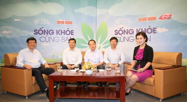 Thứ trưởng Bộ Y tế Nguyễn Thanh Long cùng các chuyên gia giải đáp về MERS-CoV trong chương trình. Ảnh: TM.