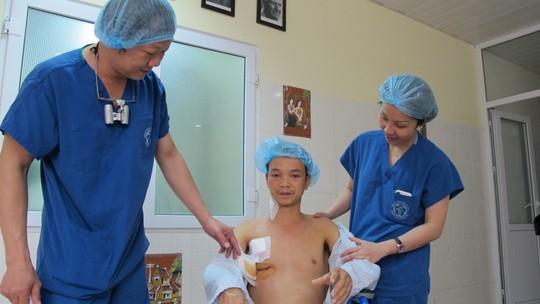 BS Dương Đức Hùng (bìa trái) thăm khám bệnh nhân