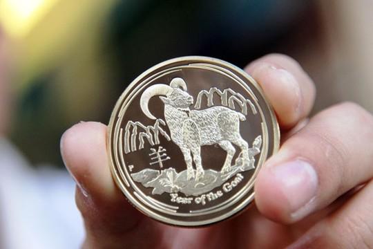 Sản phẩm bán chạy nhất, đồng xu được làm bằng niken mạ giả bạc và vàng, giá 500.000 đồng/cặp.