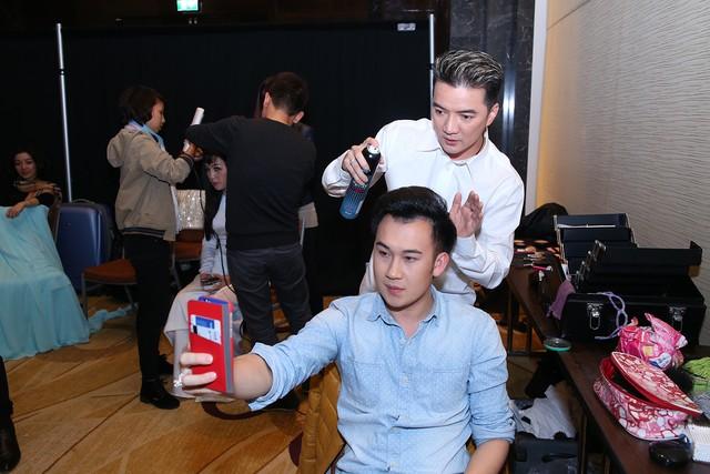 Đích thân Đàm Vĩnh Hưng tạo kiểu tóc cho Dương Triệu Vũ trước khi lên sân khấu. Dương Triệu Vũ lấy làm phấn khích khi được Mr. Đàm làm tóc cho nên đã dùng điện thoại chụp lại khoảnh khắc này để khoe với các fan trên Facebook.