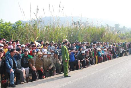 Hàng trăm người dân tập trung hai bên đường, xót xa trước vụ tai nạn thảm khốc. (Ảnh: Hải Nam)