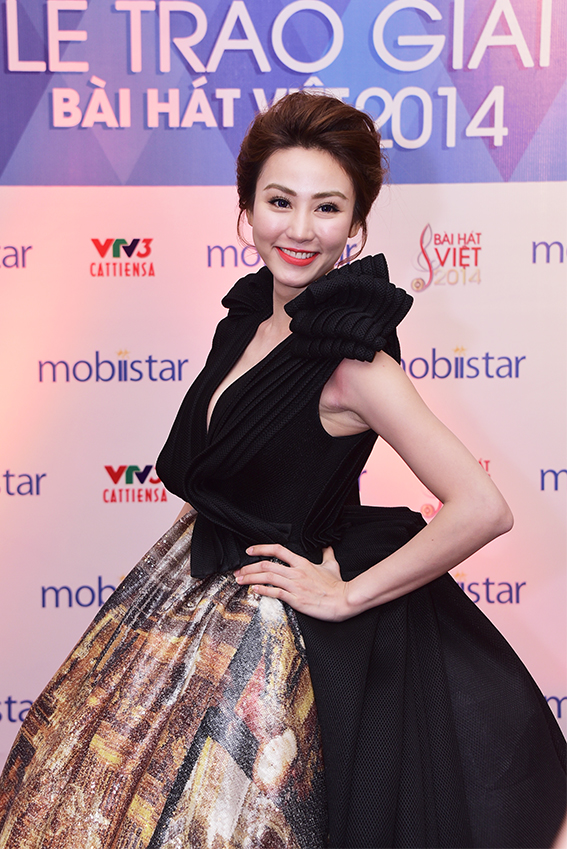 Nữ diễn viên, ca sỹ - Ngân Khánh cũng có mặt tại buổi lễ với chiếc đầm dạ hội khá cầu kỳ. Ngân Khánh cùng đạo diễn Lê Hoàng trao Giải thưởng Ca khúc được yêu thích nhất do khán giả bình chọn .