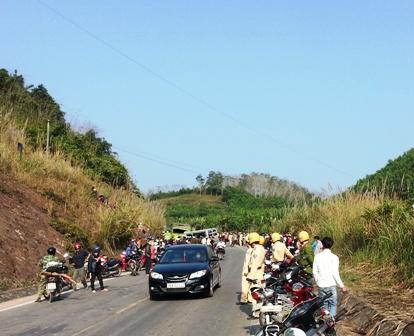 Lực lượng CSGT làm nhiệm vụ bảo vệ hiện trường và phân luồng giao thông