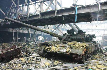 Một xe tăng bị phá hủy bên trong sân bay.