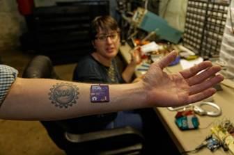 Cánh tay Tim Cannon được cấy chip điện tử.