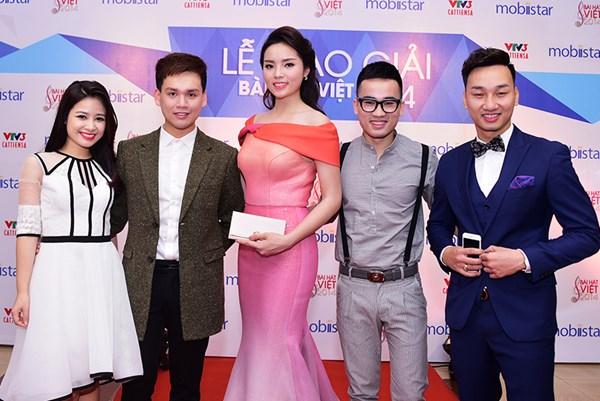 Hoa hậu Kỳ Duyên chụp ảnh cùng các nghệ sỹ, ca sỹ tham gia lễ trao giải.
