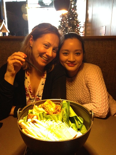 Helen (tay trái) đón Giáng sinh ở Việt Nam