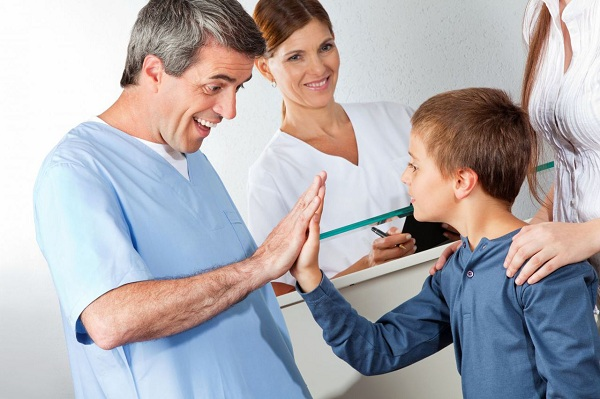 Các bác sĩ như ông bụt, cô tiên thật hiền dịu giúp các bé quên dần nỗi đau bệnh tật, khi cùng trò chuyện, chơi đùa với các bé