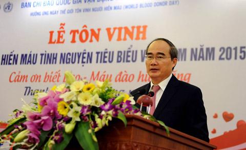 Chủ tịch Ủy ban TWMTTQ Việt Nam Nguyễn Thiện Nhân phát biểu tại lễ tôn vinh 100 người hiến máu năm 2015