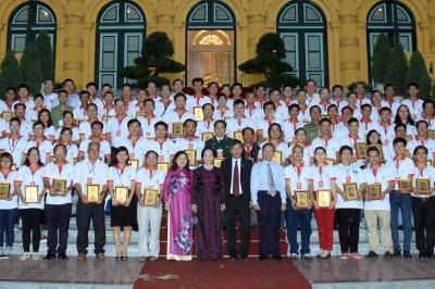 Phó Chủ tịch nước Nguyễn Thị Doan và các đồng chí trong Ban chỉ đạo HMTN quốc gia chụp ảnh cùng cấc tấm gương hiến máu tiêu biểu