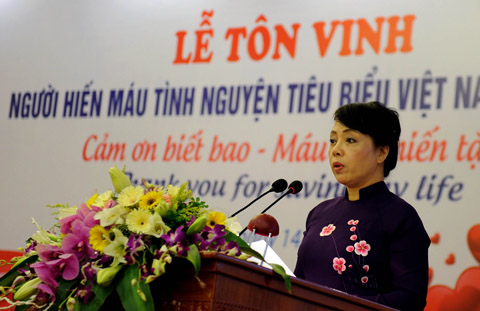 Bộ trưởng Bộ Y tế Nguyễn Thị Kim Tiến phát biểu tại lễ tôn vinh 100 người hiến máu tiêu biểu tối ngày 14/6