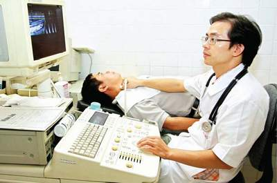 Bác sĩ thăm khám bệnh cho người bệnh bị tăng huyết áp tại Viện tim mạch