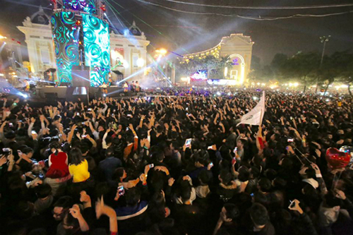 Trước Nhà hát lớn Đây là nơi diễn ra lễ hội đếm ngược Countdown Party lớn nhất Hà Nội. Chương trình năm nay có chủ đề Du hành đến tương lai