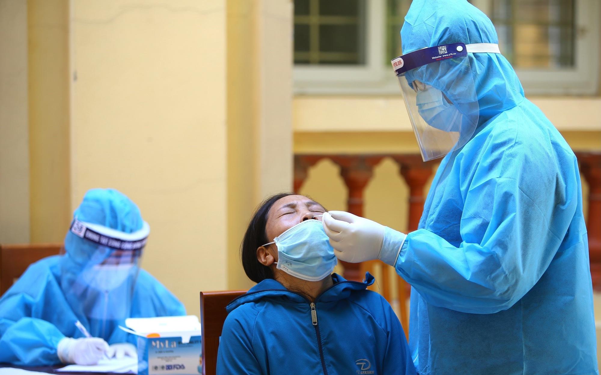 Người bệnh không phải chi trả xét nghiệm COVID-19 khi đến khám và điều trị tại cơ sở y tế công lập