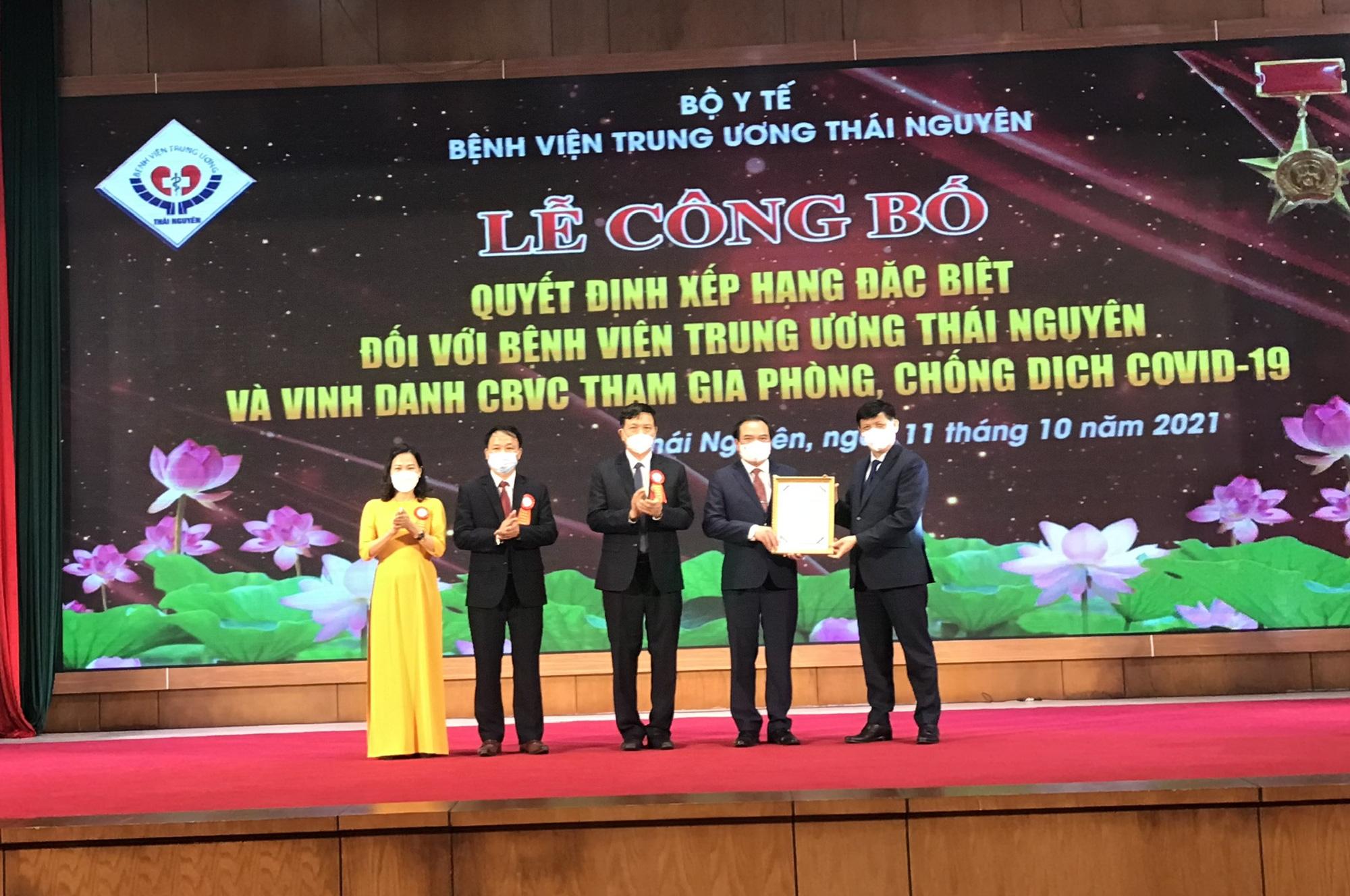 Bộ trưởng Bộ Y tế trao quyết định hạng đặc biệt cho BV TW Thái Nguyên - Ảnh 2.
