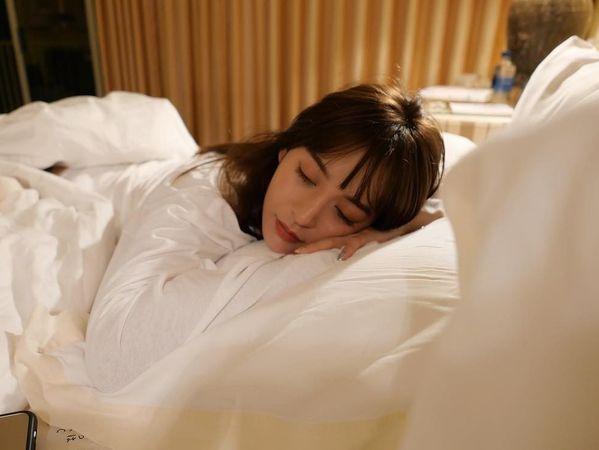 Thiếu ngủ làm tăng cảm giác thèm ăn. Vì vậy tránh dùng điện thoại trước khi đi ngủ bởi nó khiến bạn khó ngủ sâu giấc.