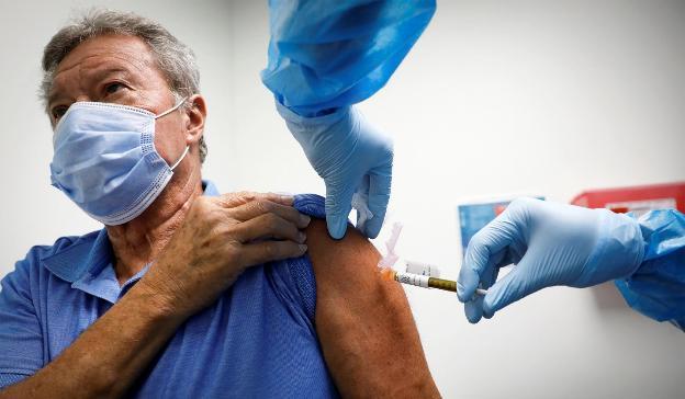 Đau nhức cơ thể sau tiêm vaccine, ứng phó thế nào?