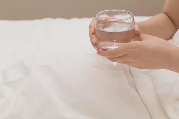 Uống nước khi thức dậy nhiều lợi ích với sức khỏe nhưng không phải loại nước nào cũng tốt - Ảnh 2.