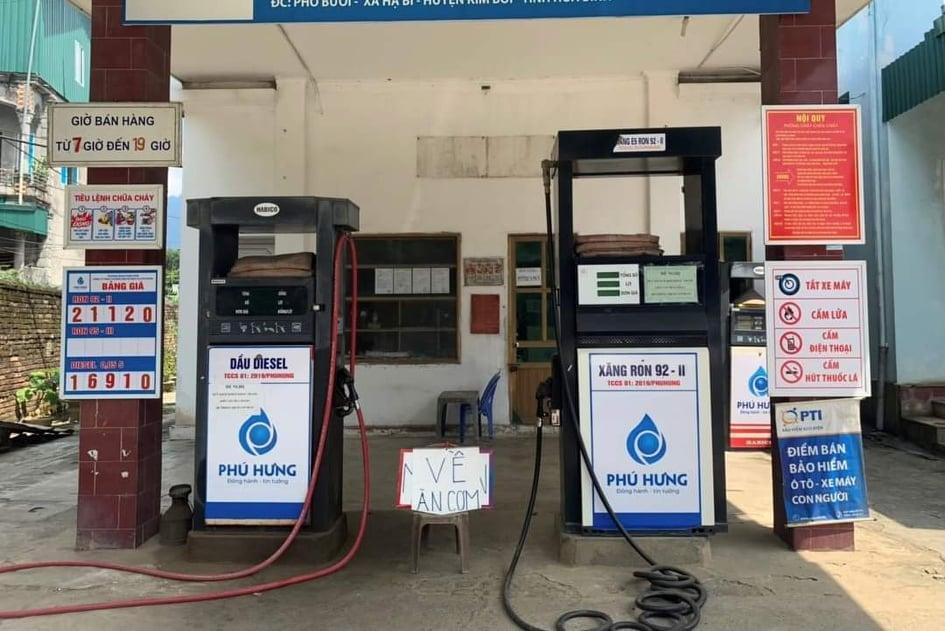 Treo biển Về ăn cơm, cửa hàng xăng dầu bị phạt 10 triệu đồng - Ảnh 1.
