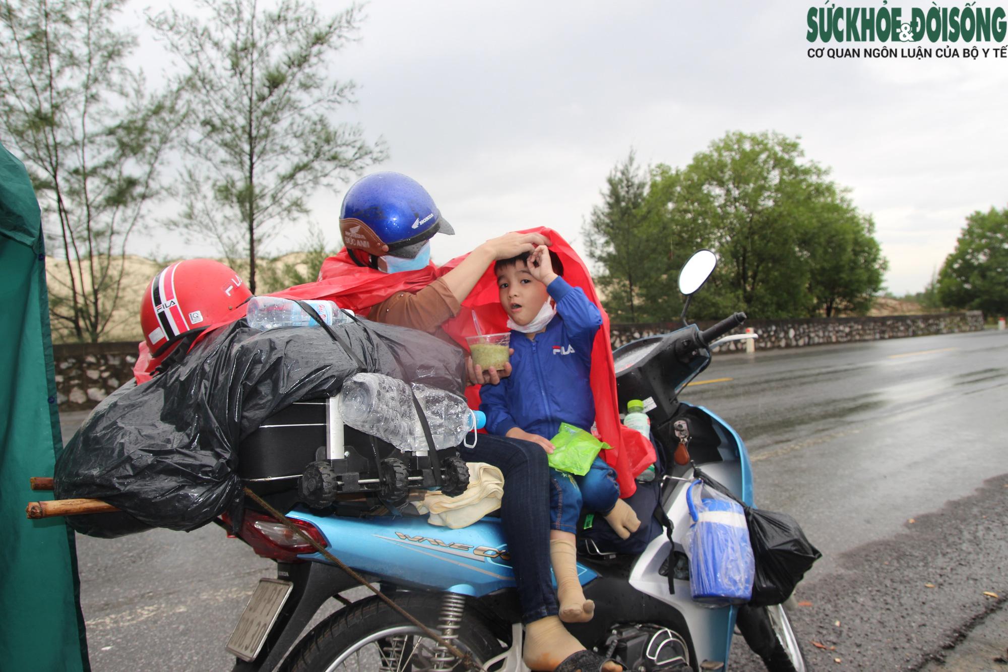 """Những đứa trẻ và hành trình thiên lý """"đội nắng, dầm mưa"""" cùng người thân hồi hương - Ảnh 5."""