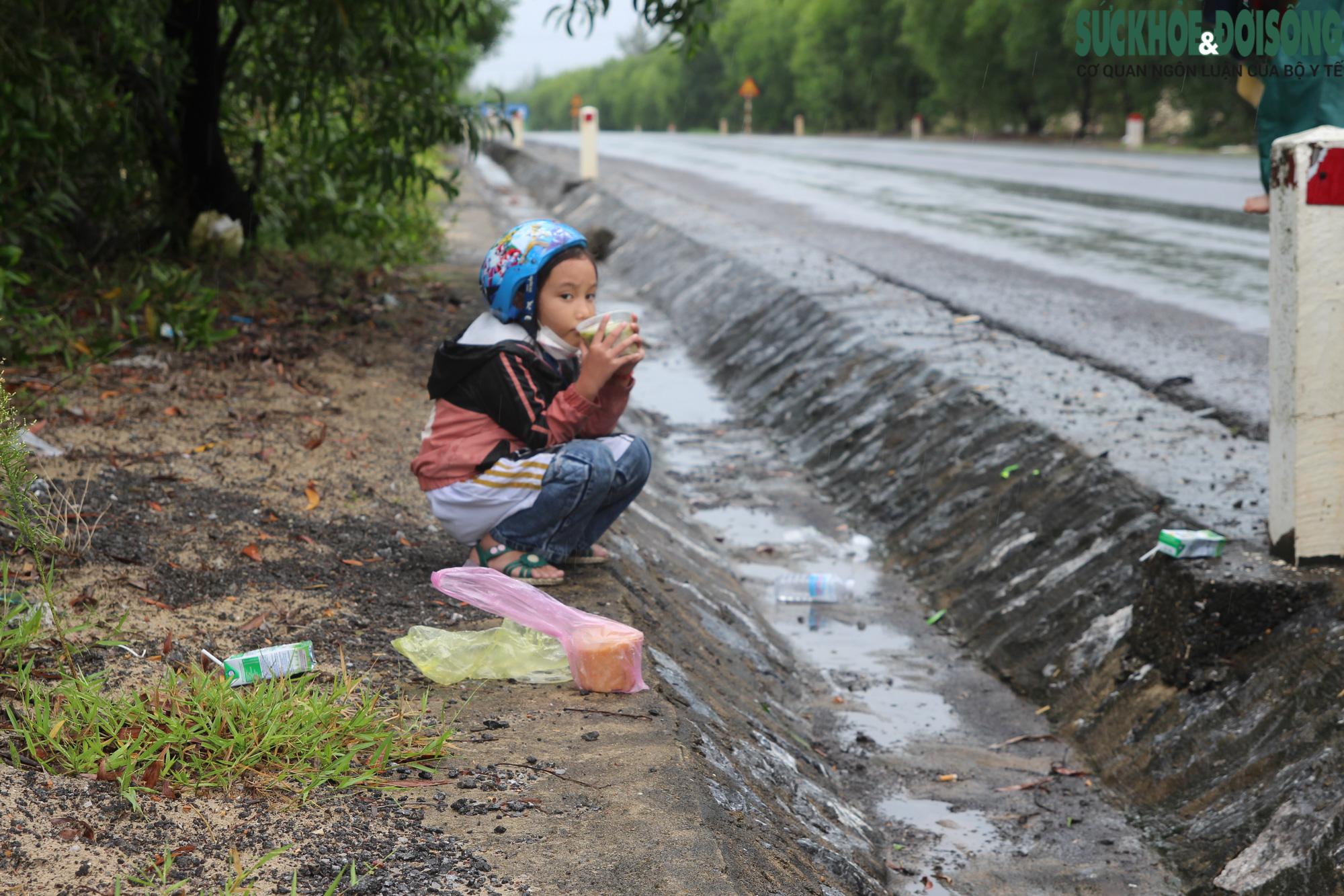 """Những đứa trẻ và hành trình thiên lý """"đội nắng, dầm mưa"""" cùng người thân hồi hương - Ảnh 6."""