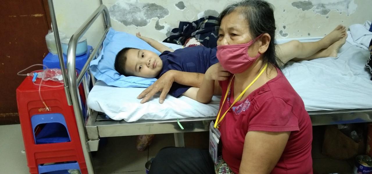 Cậu bé câm điếc, thiếu tình thương lại mắc ung thư máu, vật vã trong bệnh tật