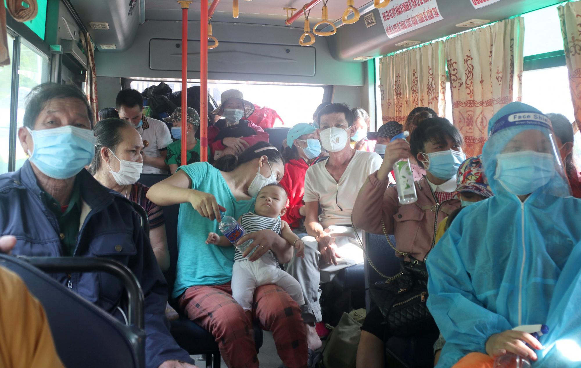 Hàng chục xe khách, xe buýt được huy động chở người dân Nghệ An về bàn giao cho các địa phương