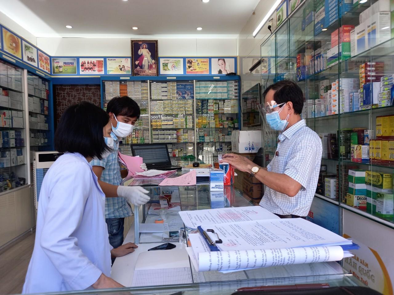 Phạt 10 cơ sở kinh doanh, bán lẻ thuốc chữa bệnh không tuân thủ các biện pháp phòng, chống dịch - Ảnh 1.