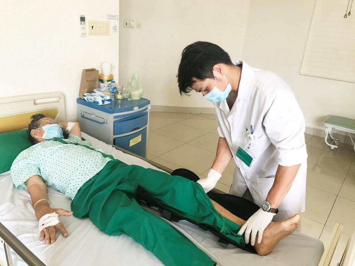 Tai nạn hi hữu khi đang thực hiện nhiệm vụ chống dịch COVID-19  - Ảnh 2.