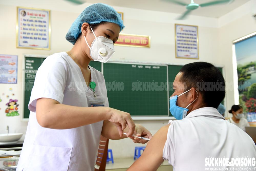 Nghệ An triển khai chiến dịch tiêm vắc xin phòng COVID-19 đợt 4 - Ảnh 7.