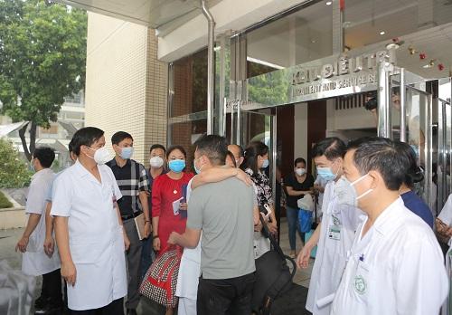 Thầy thuốc Bệnh viện Bạch Mai lên đường vào TP.HCM chống dịch - Ảnh 1.