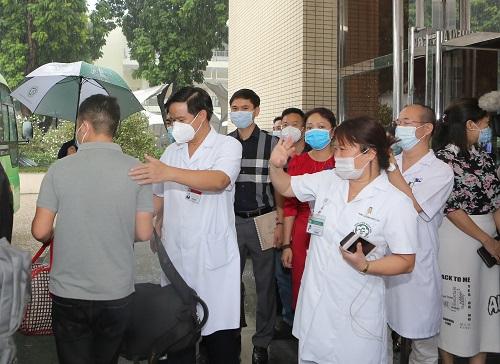 Thầy thuốc Bệnh viện Bạch Mai lên đường vào TP.HCM chống dịch - Ảnh 3.