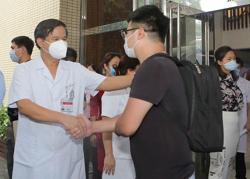 Thầy thuốc Bệnh viện Bạch Mai lên đường vào TP.HCM chống dịch - Ảnh 2.