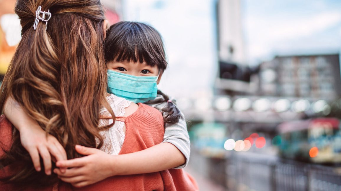 Người lớn tiêm vắc xin COVID-19, trẻ em sẽ an toàn - Ảnh 1.