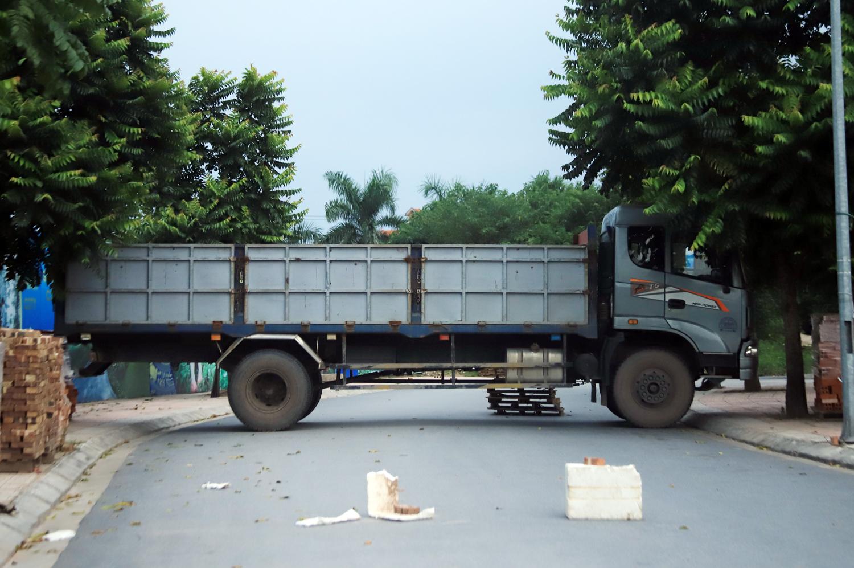 Hà Nội: Dùng thùng container, xe tải, ống cống làm chốt cứng kiểm soát dịch COVID-19 - Ảnh 9.