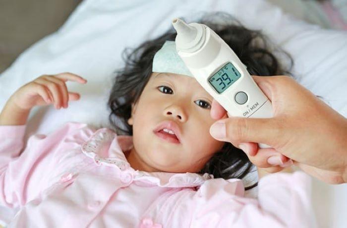 Bác sĩ nhi khoa hướng dẫn cách chăm sóc và dùng thuốc hạ sốt tại nhà cho trẻ trong mùa dịch COVID-19 - Ảnh 1.