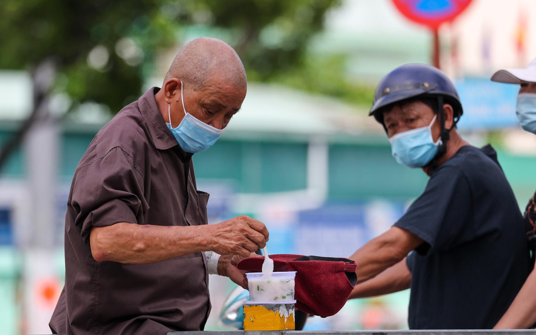 Thư Sài Gòn (số 15): Người yếu thế ở Sài Gòn và câu chuyện niềm tin đi qua COVID-19