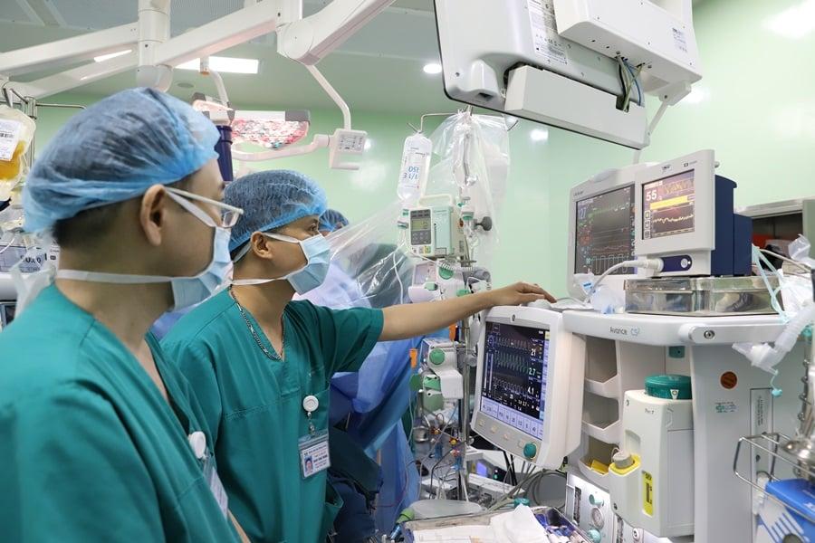 Lần đầu tại Việt Nam: Ghép gan giành lại mạng sống cho bé gái 18 tháng ung thưgiai đoạn cuối - Ảnh 3.