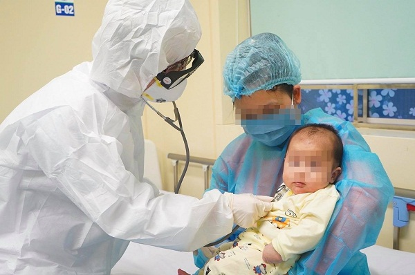 Nguy cơ cao lây lan bệnh trong gia đình khi trẻ nhỏ mắc COVID-19 - Ảnh 2.