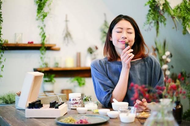 Sử dụng liệu pháp hương thơm để làm dịu tâm trạng.