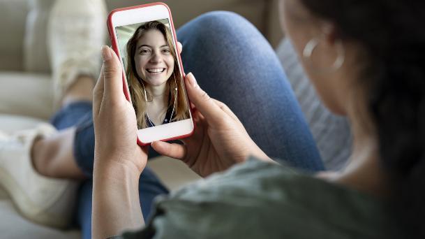 Trò chuyện với những người yêu quý khiến bạn cảm thấy vui vẻ hơn.