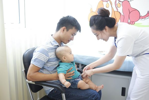 Xử trí đúng cách trẻ sốt sau tiêm vaccine - Ảnh 2.