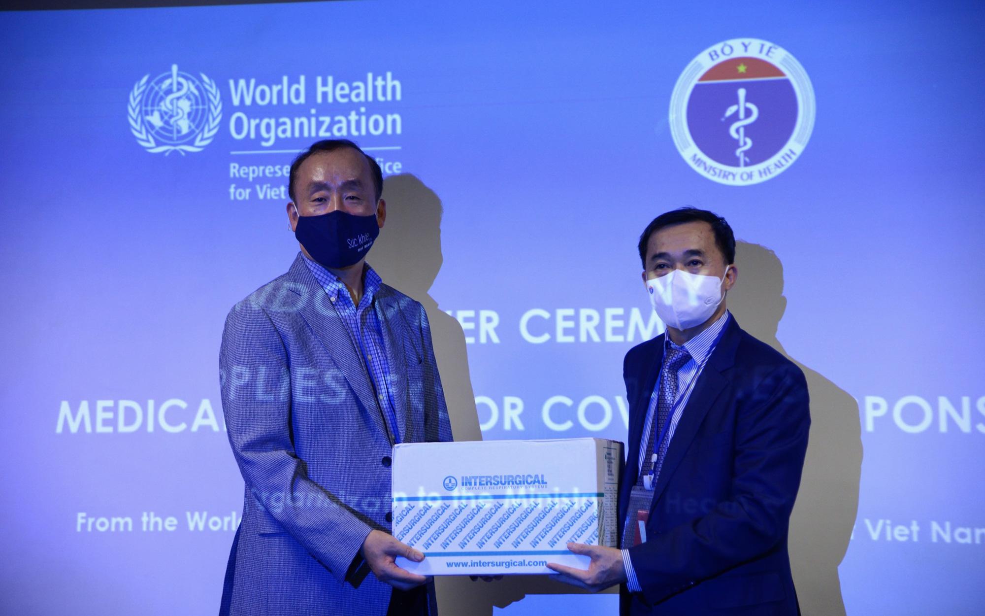 WHO bàn giao lô hàng vật tư y tế cho Bộ Y tế trong khuôn khổ hỗ trợ Chính phủ Việt Nam ứng phó với COVID-19
